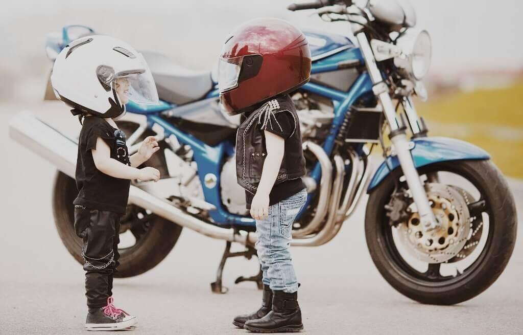 Kinder vor einem Motorrad